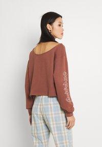 adidas Originals - SLOUCHY CREW - Sweatshirt - earth brown - 2