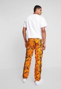 Carhartt WIP - AVIATION PANT COLUMBIA - Pantalones cargo - orange rinsed - 2