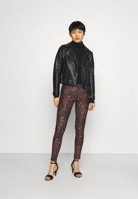 Guess - SEXY CURVE - Trousers - iconic leopard brown - 1
