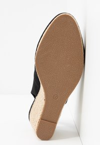 Evans - WIDE FIT SLING BACK WEDGE - Sandalias de cuña - black - 6