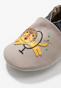 Robeez - LION CIRCUS - First shoes - gris/taupe - 2