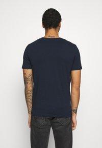 Jack & Jones - JCOSHAWN TEE CREW NECK - T-shirt print - navy blazer - 2