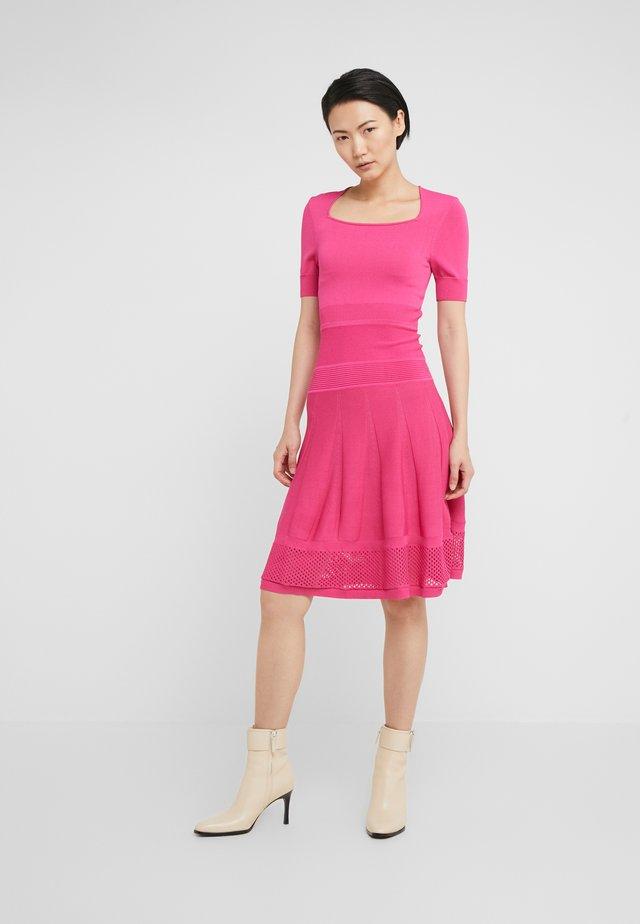 PONZA ABITO RIGHE VERTICALI MISTO - Stickad klänning - fuchsia