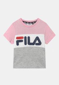 Fila - THEA BLOCKED UNISEX - Print T-shirt - light grey melange/pink mist/bright white - 0