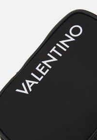 Valentino Bags - KYLO CROSSBAG - Taška spříčným popruhem - nero - 4