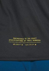 Nike Performance - CITY SLEEK TANK TRAIL - Sportshirt - black/laser crimson/speed yellow - 5