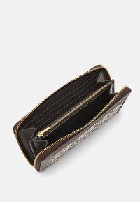 Coach - SIGNATURE ACCORDION ZIP - Wallet - oak maple - 2