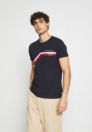 SPLIT CHEST STRIPE TEE - Print T-shirt - desert sky