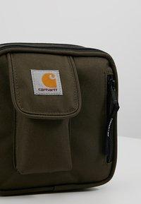 Carhartt WIP - ESSENTIALS BAG SMALL UNISEX - Olkalaukku - cypress - 7