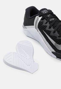 Nike Performance - METCON 6 - Gym- & träningskor - black/metallic silver - 5