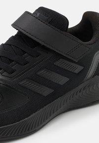 adidas Performance - RUNFALCON 2.0 UNISEX - Obuwie do biegania treningowe - core black/grey six - 5