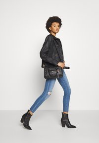 Frame Denim - DE JEANNE CROP RAW EDGE - Jeans Skinny Fit - blue denim - 1
