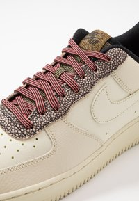 Nike Sportswear - AIR FORCE 1 '07 LV8 - Matalavartiset tennarit - wheat/shimmer/club gold/black - 5