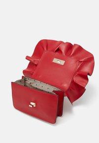 Red V - RUFFLE SHOULDER - Taška spříčným popruhem - red kiss - 2