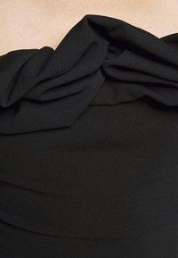 Missguided Petite - RUFFLE NECK BARDOT - Print T-shirt - black - 4