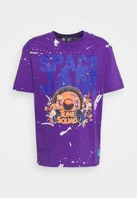 SIKSILK - SPACE JAM DISTRESSED GRAPHIC TEE UNISEX - Print T-shirt - purple - 3