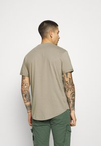 Calvin Klein Jeans - BADGE TURN UP SLEEVE - T-shirt basic - elephant skin - 2