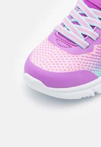 Skechers Performance - GO RUN 650 - Neutrální běžecké boty - pink/multicolor - 5