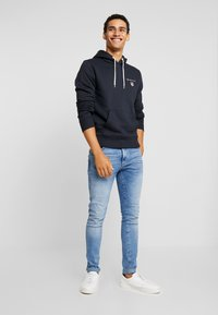 GANT - MEDIUM SHIELD HOODIE - Luvtröja - black - 1