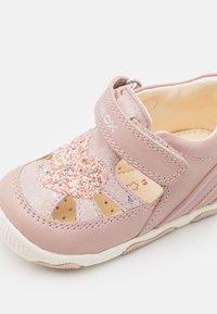 Geox - NEW BALU GIRL - Sandals - light rose - 5