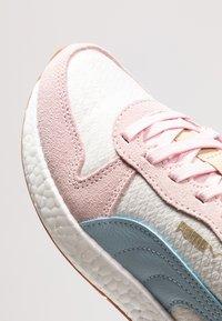 Puma - NRGY NEO RETRO SWEET - Neutrální běžecké boty - whisper white/barely pink/light sky - 5