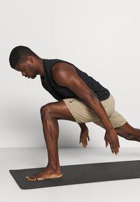 Nike Performance - YOGA - Korte broeken - khaki/brown kelp - 3