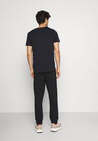 GANT - ARCHIVE SHIELD  - Teplákové kalhoty - black - 2
