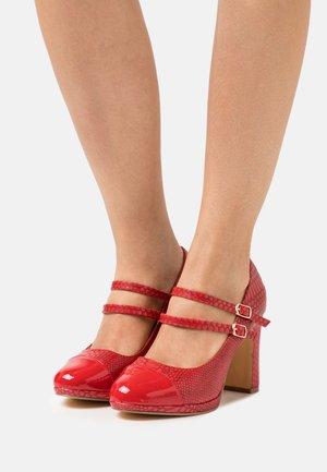 WIDE FIT DOLLY - Zapatos de plataforma - red