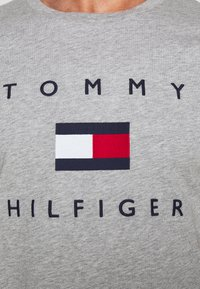 Tommy Hilfiger - FLAG TEE - Print T-shirt - grey - 4