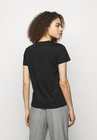KARL LAGERFELD - ADDRESS LOGO TEE - T-shirt z nadrukiem - black - 2
