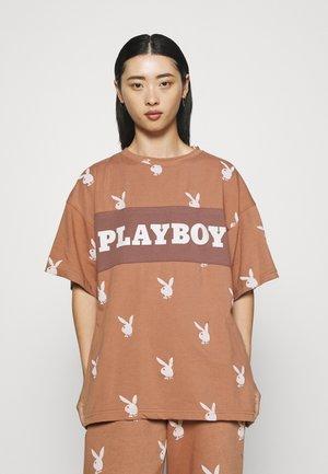 PLAYBOY OVERSZIED SHIRT - Print T-shirt - brown