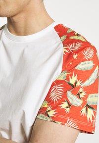 Jack & Jones - JORTROPIC TEE - Camiseta estampada - cloud dancer - 5