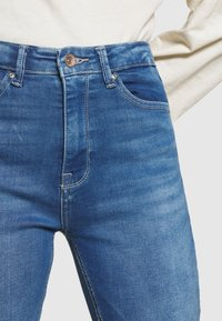 ONLY - ONLPAOLA LIFE - Jeans Skinny Fit - light medium blue denim - 4