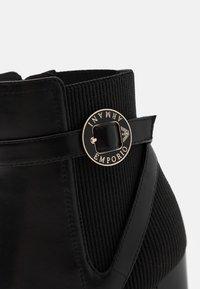 Emporio Armani - Kotníková obuv na vysokém podpatku - black - 4
