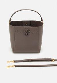 Tory Burch - MCGRAW SMALL BUCKET BAG - Handbag - silver maple - 3