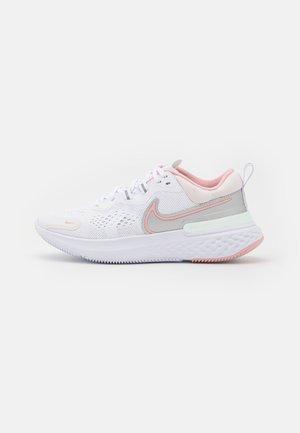 REACT MILER 2 - Obuwie do biegania treningowe - white/pink glaze/light soft pink