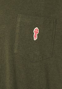REVOLUTION - LOOSE FIT POCKET - Jednoduché triko - army melange - 5