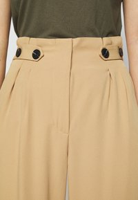ONLY Petite - ONLTHEIA JOURNEY LIFE CULOTT - Pantalones - iced coffee - 5