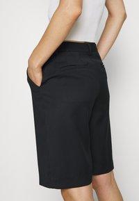 Who What Wear - THE BERMUDA - Shortsit - black - 3
