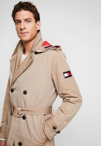 Tommy Hilfiger - HOODED TRENCHCOAT - Trenchcoat - grey - 6