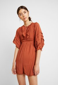 Lost Ink - PLAYSUIT WITH FRILL DETAIL - Overal - rust - 0
