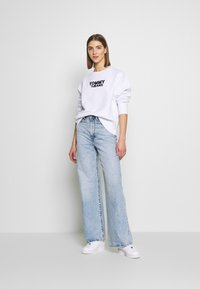 Tommy Jeans - CORP HEART - Bluza - classic white - 1