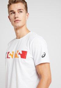 ASICS - T-shirt med print - brilliant white - 3