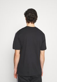 adidas Originals - UNISEX - T-shirts med print - black/white - 3