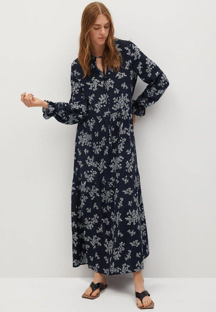 Svart klänning med smockdetalj Lindex Presenter och blommor
