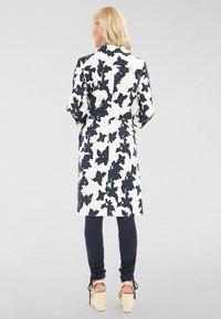 Apart - Robe chemise - creme/ nachtblau - 2