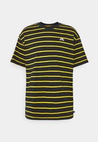 Nike SB - STRIP TEE UNISEX - Print T-shirt - black/university gold - 0