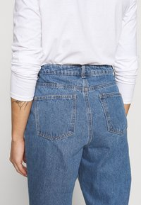 Missguided Petite - RIOT HIGHWAIST PLAIN MOM JEAN - Jeans Skinny Fit - blue - 3