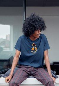 Vivienne Westwood - KID CLASSIC UNISEX - Print T-shirt - navy - 3