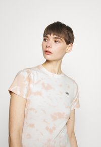 The North Face - NATURAL DYE TEE - T-shirts med print - evening sand/pink - 3